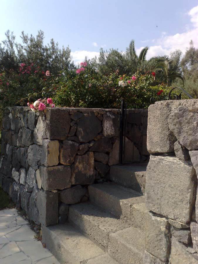 Parco villa privata alle pendici dell etna scala in pietra - Scale in pietra lavica ...